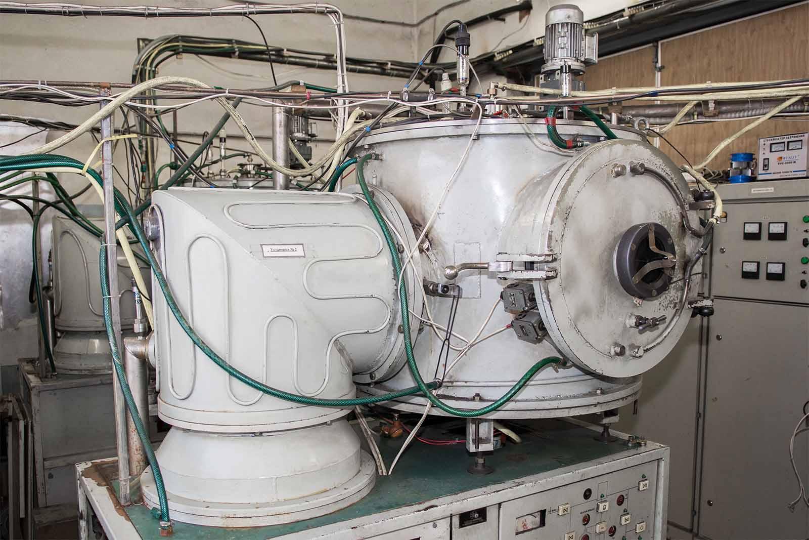 Установка вакуумного ионно-плазменного напыления с центральной цилиндрической мишенью (анод)